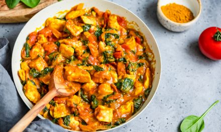Receta antiinflamatoria: curry de berenjena, tomate y espinacas