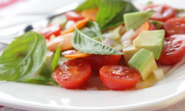 Ensalada refrescante de aguacate y tomate
