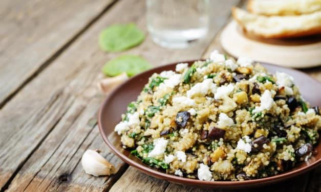 Ensalada de quinoa con berenjenas, feta y espinacas <em>baby</em>